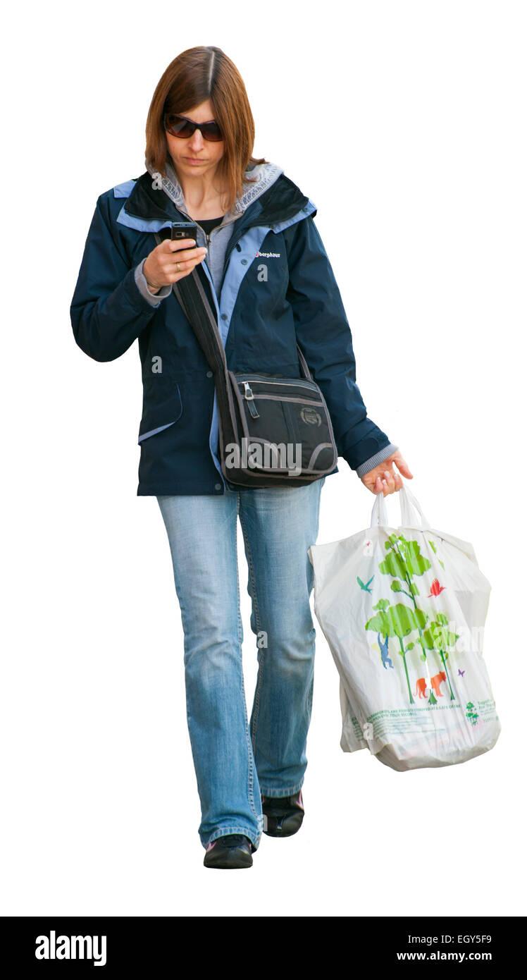 Femme textos sur téléphone mobile dans la rue Banque D'Images
