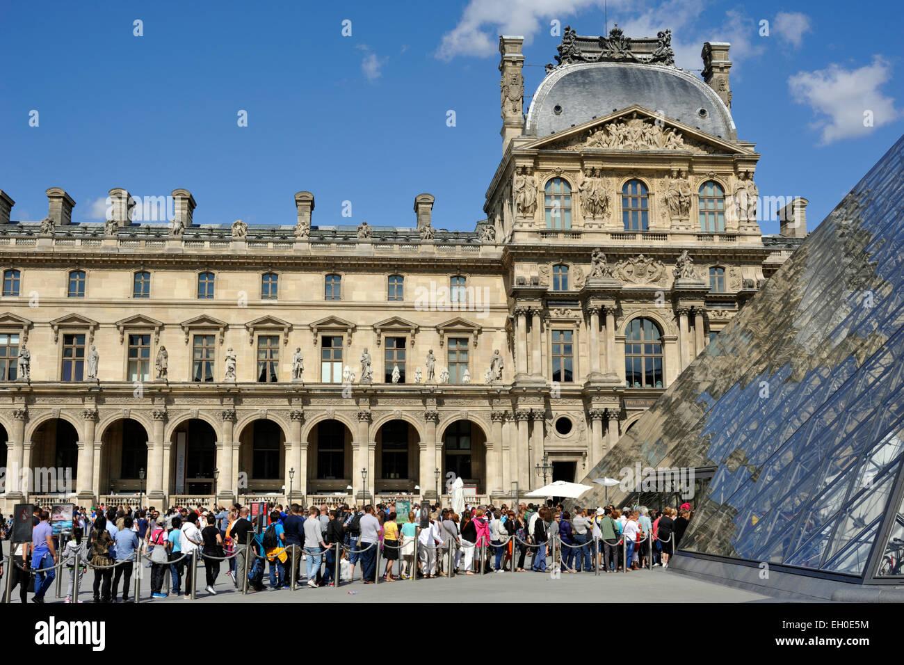 Paris, musée du Louvre, Pyramide, la file d'attente à l'entrée Photo Stock