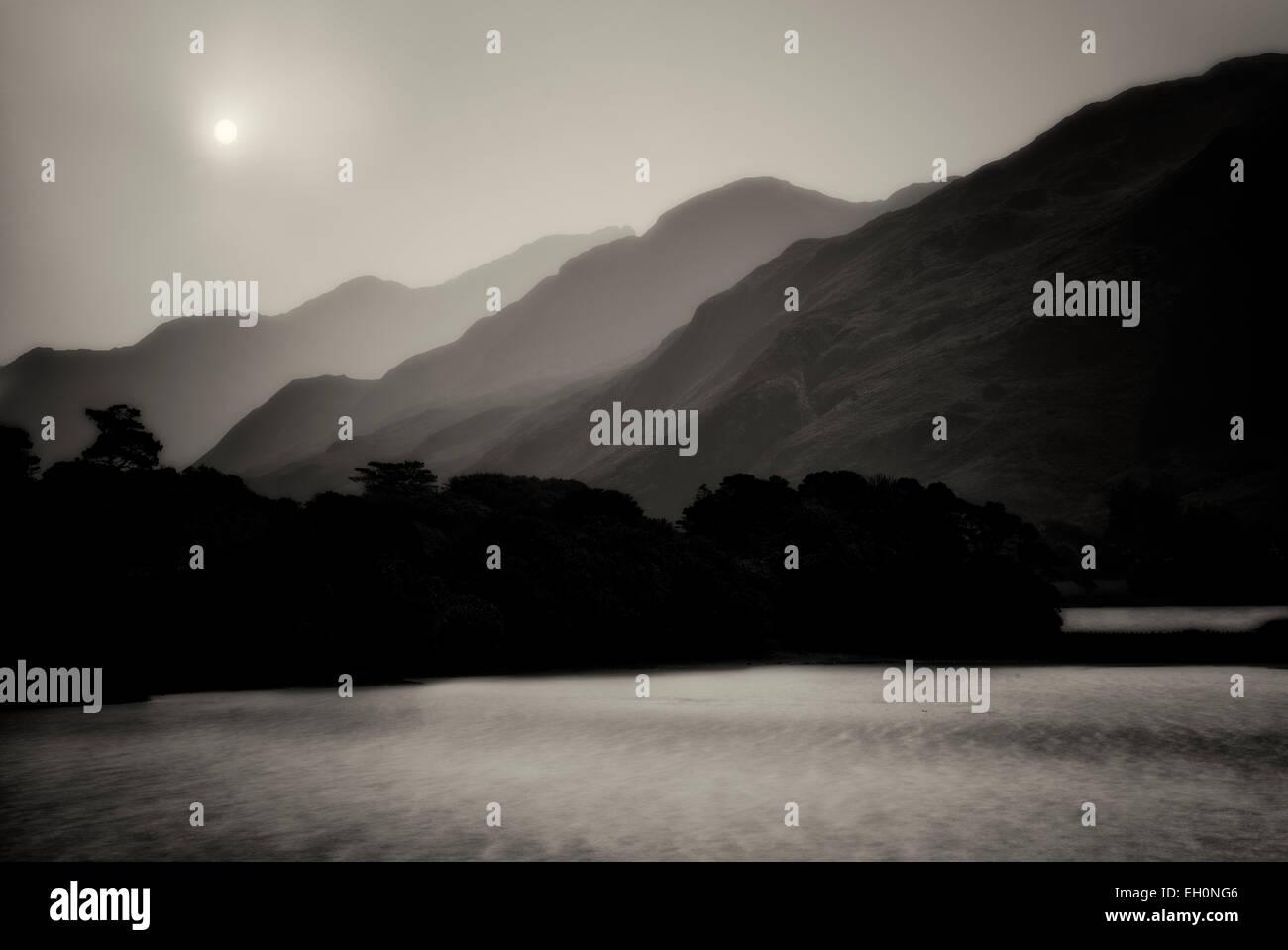 Vue sur le lac en face de l'abbaye de Kylemore. La région du Connemara, Irlande Photo Stock