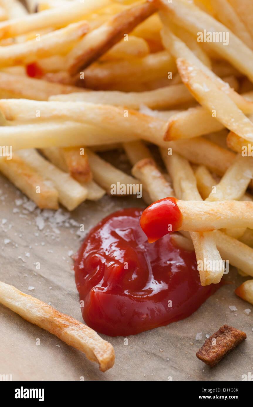 Les frites servies avec du sel et du ketchup. Photo Stock