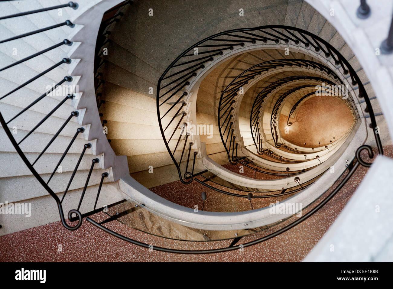 Tourné directement au-dessus de l'escalier à vis Banque D'Images