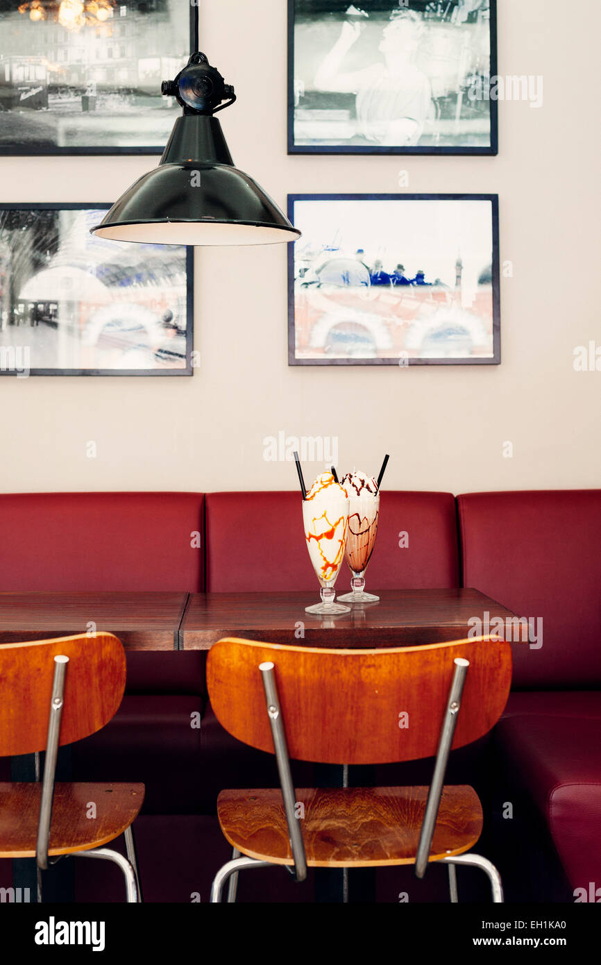 Verres de glaces servis sur table de restaurant Photo Stock
