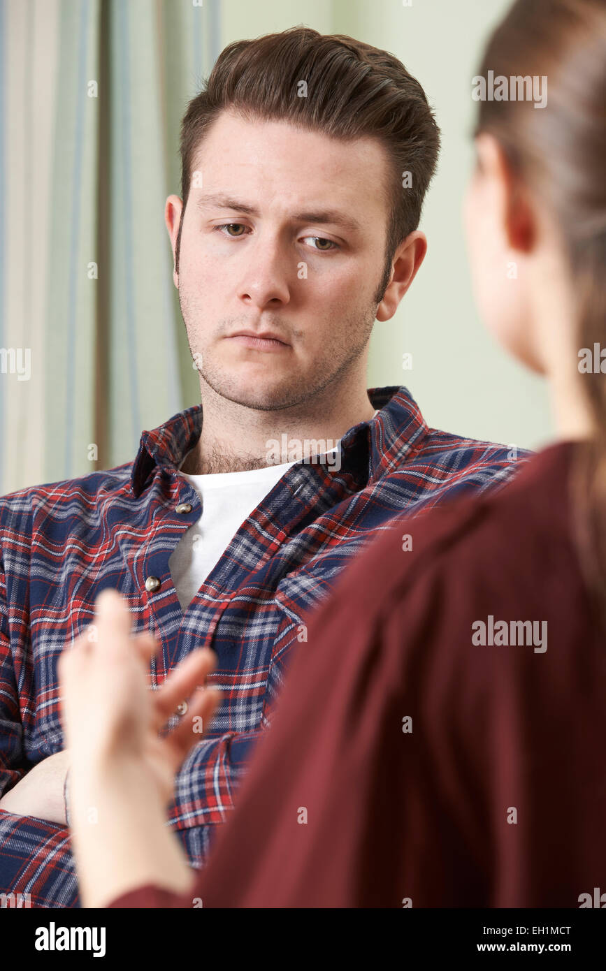 Jeune homme déprimé parlant à conseiller Photo Stock
