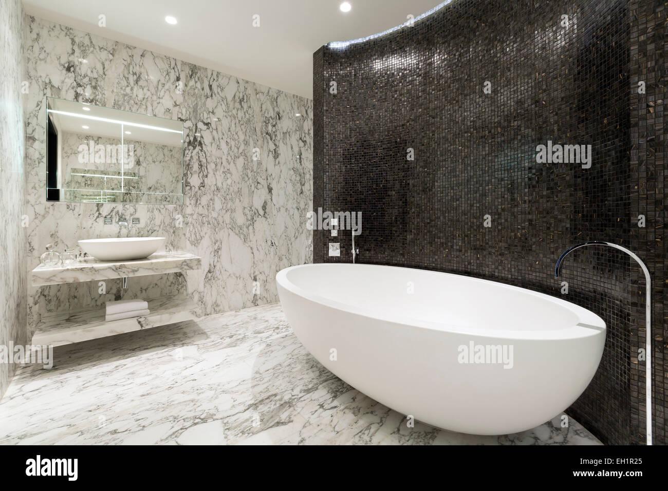 Master salle de bains avec sol en marbre et des murs bleu complété ...