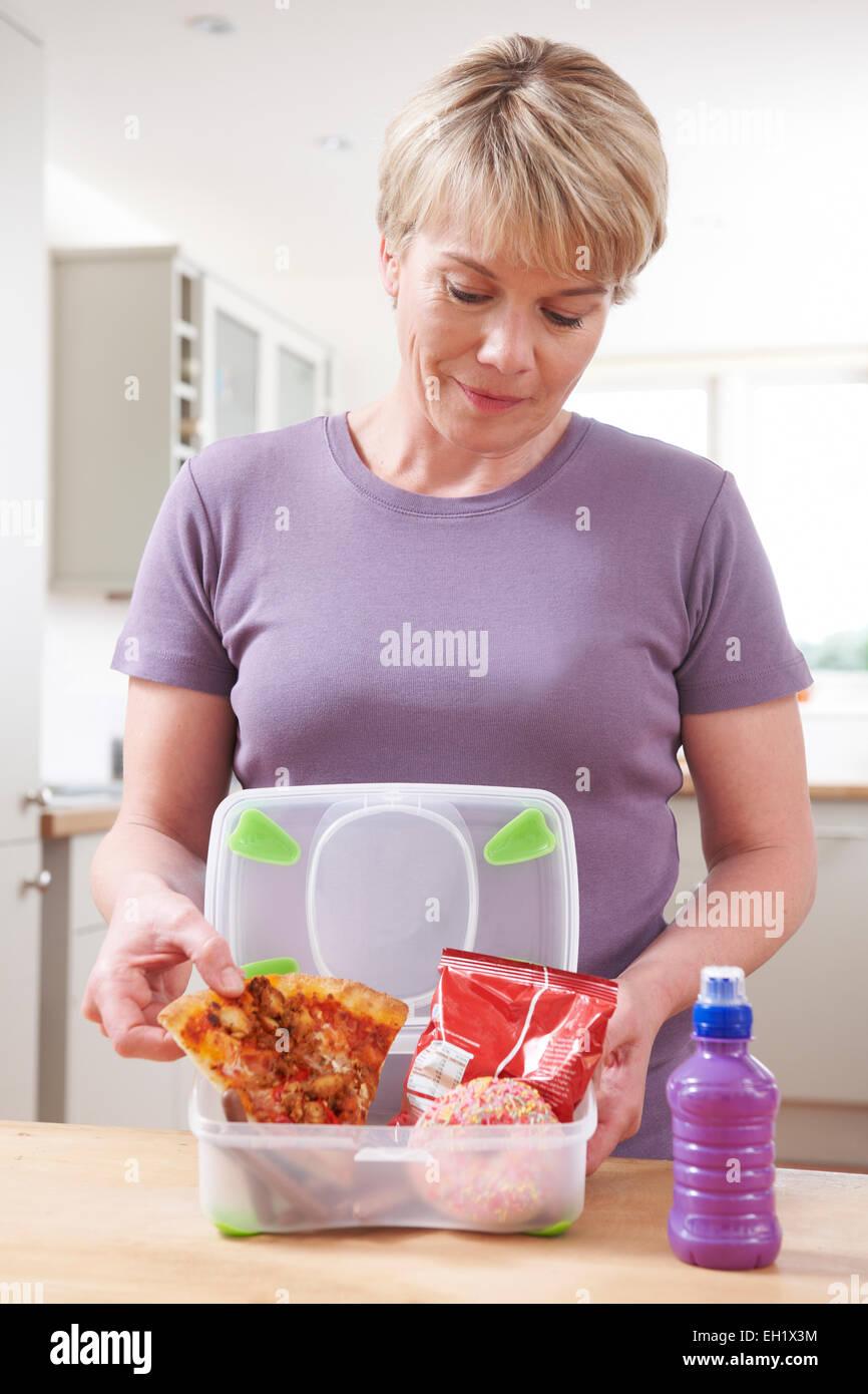 Woman Preparing Lunch malsaine dans la cuisine Photo Stock