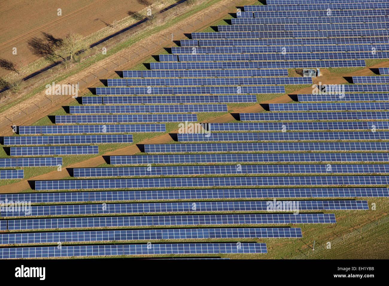 Un gros plan vue aérienne de panneaux solaires (cellules photovoltaïques) sur une ferme solaire au Royaume Photo Stock