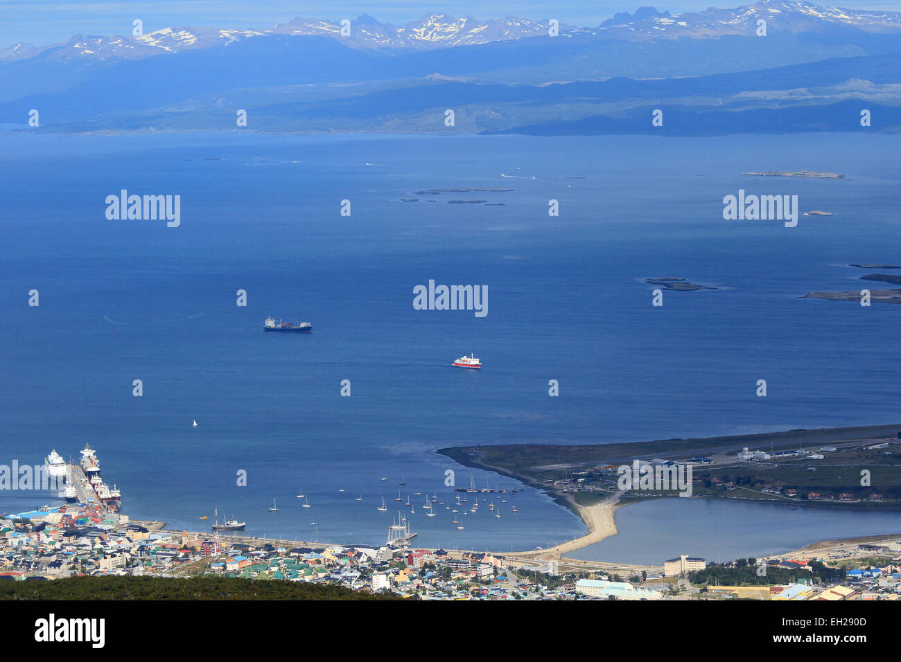 Ushuaia Argentine port et le Canal de Beagle à partir de ci-dessus. Photo Stock