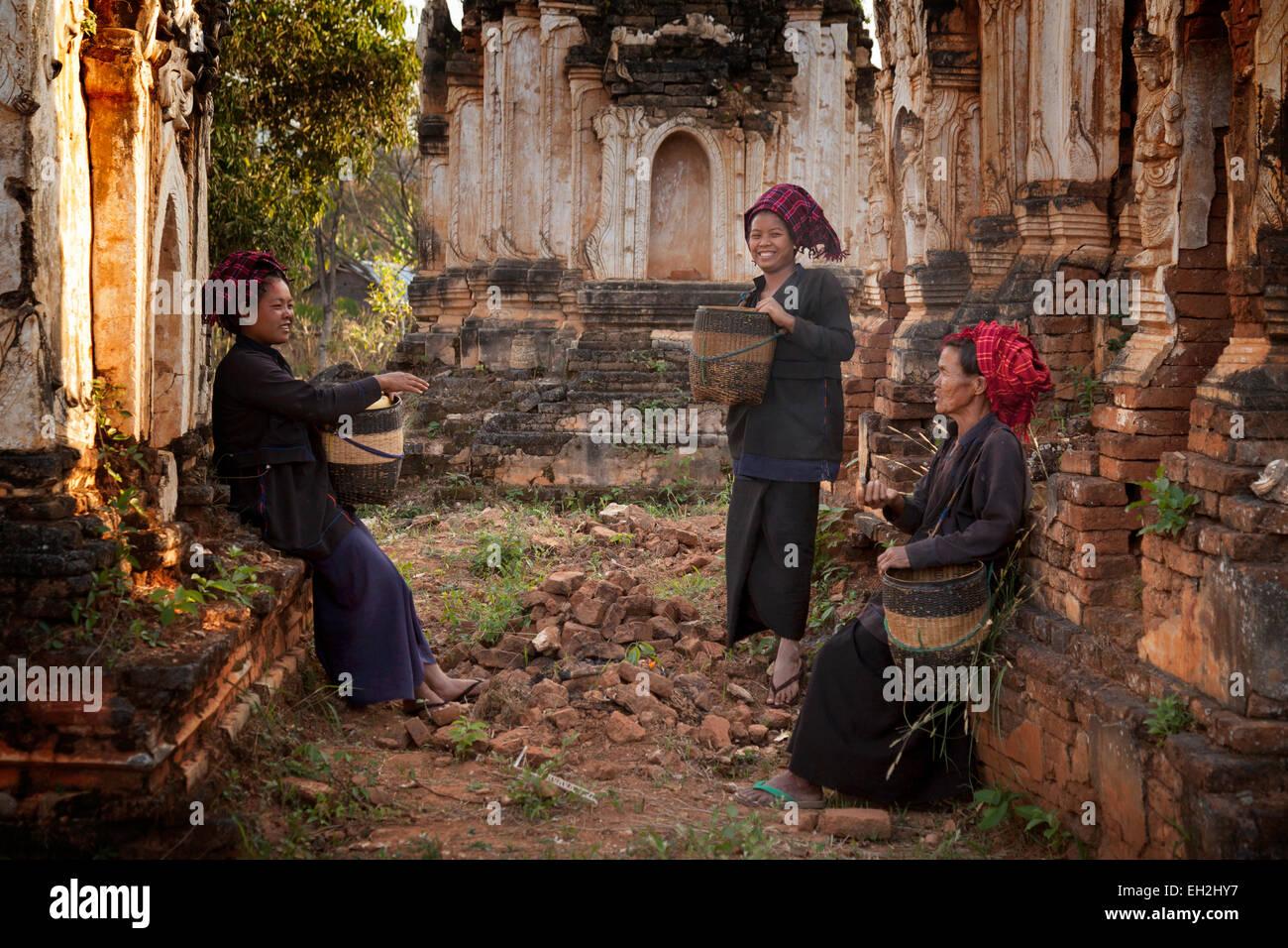 Trois femmes birmans de parler dans les ruines de la pagode Shwe Inn Tain, au Lac Inle, Myanmar ( Birmanie ), l'Asie Photo Stock
