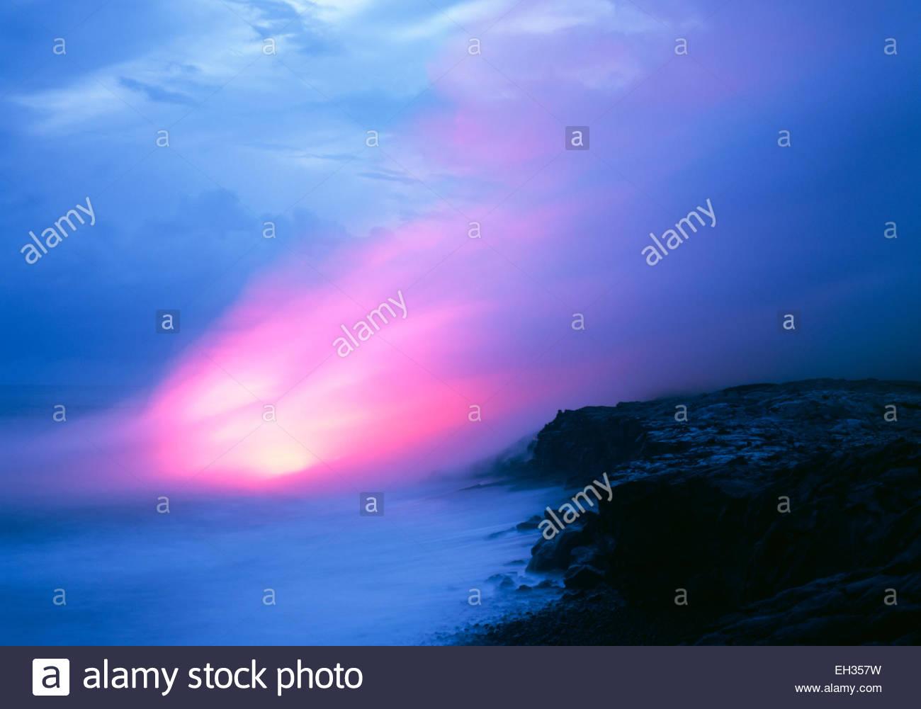 La lave en fusion s'écoule dans l'océan à Kupapa'au, au crépuscule. Hawaii Volcanoes Photo Stock