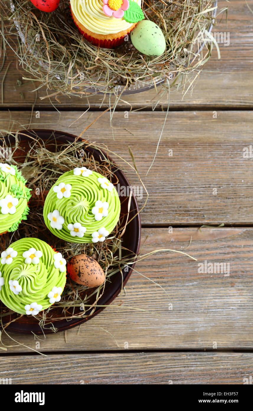 Cupcakes de Pâques Vue de dessus dans les conseils Photo Stock