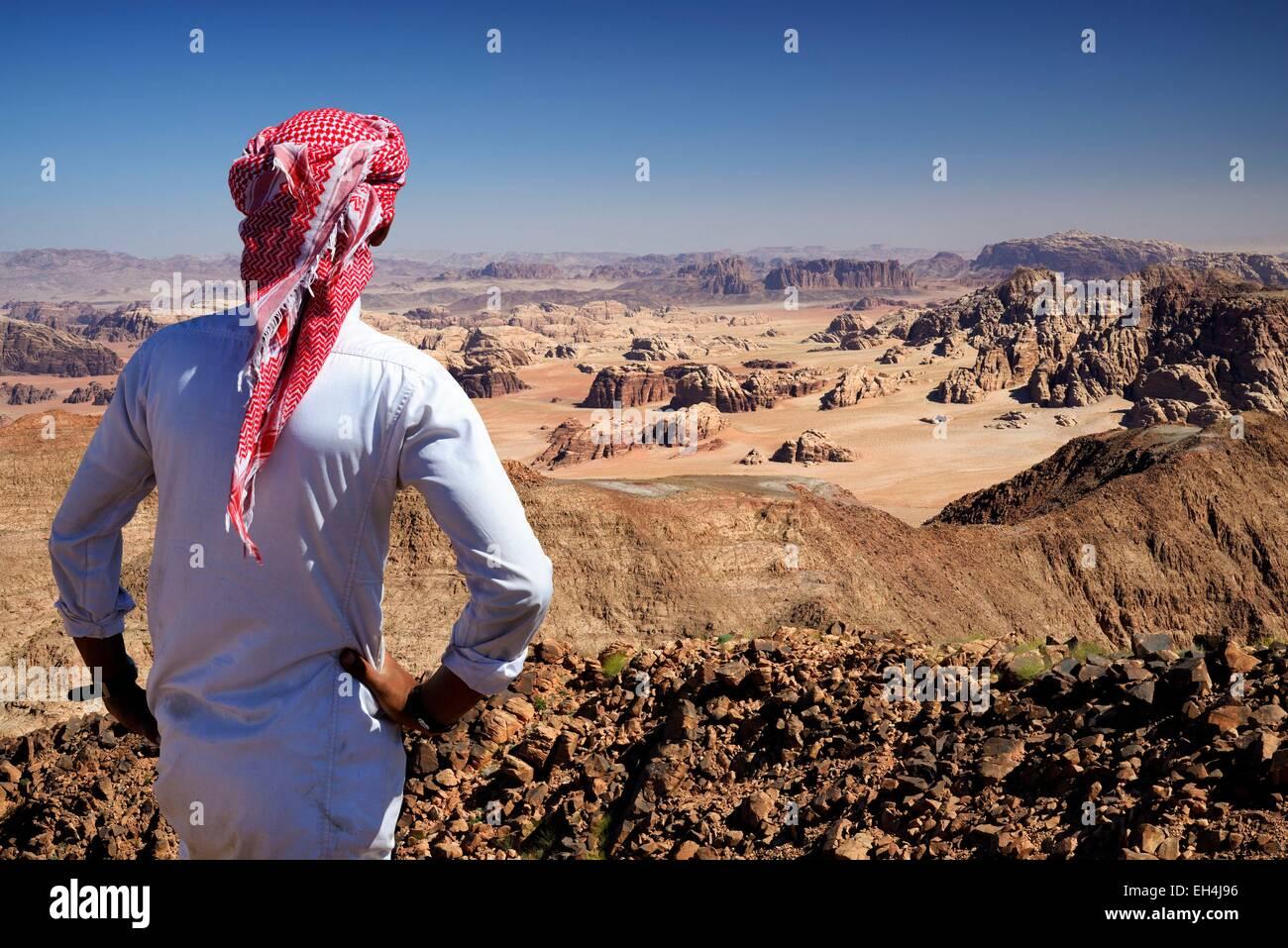La Jordanie, Wadi Rum, frontière avec l'Arabie saoudite, bédouins et vue depuis le sommet du Djebel Photo Stock