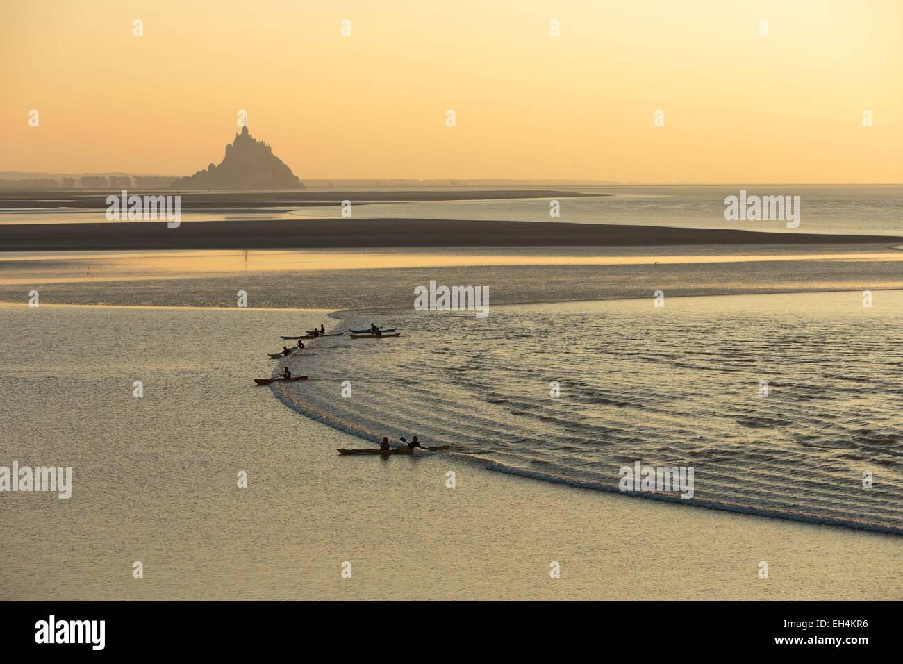 France, Manche, baie du Mont Saint Michel, classé au Patrimoine Mondial de l'UNESCO, un kayakists équitation Photo Stock