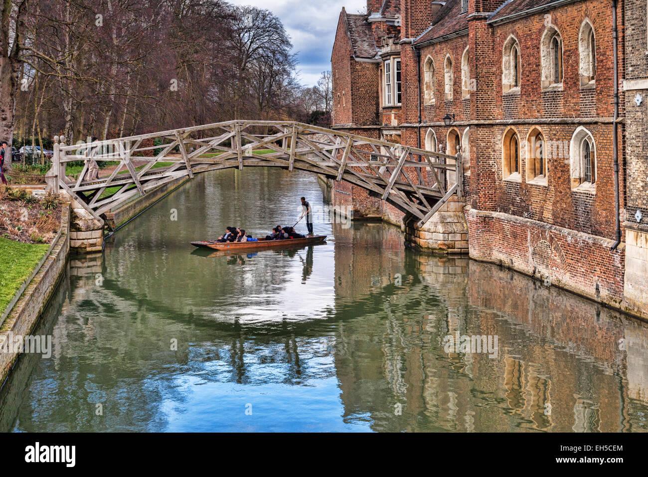 Le pont mathématique, Cambridge, qui relie deux parties de Queens College, avec un punt passant en dessous. Photo Stock