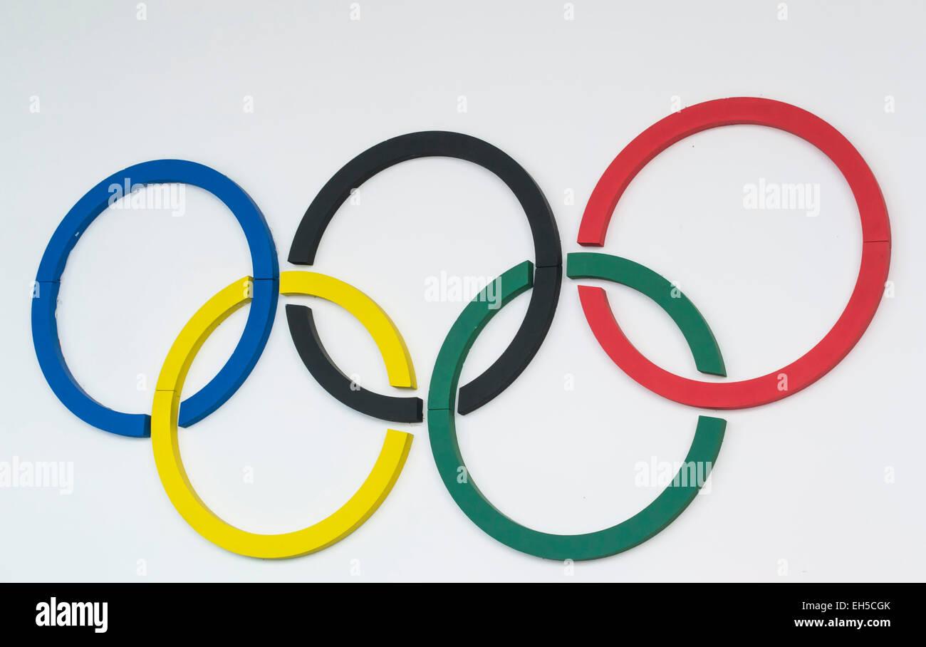 Cinq faits sur mesure couleur cercles représentant les symboles olympiques , monté sur un mur blanc Photo Stock
