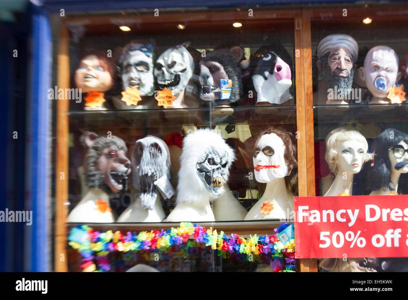 Vitrine plein de perruques et des masques Photo Stock