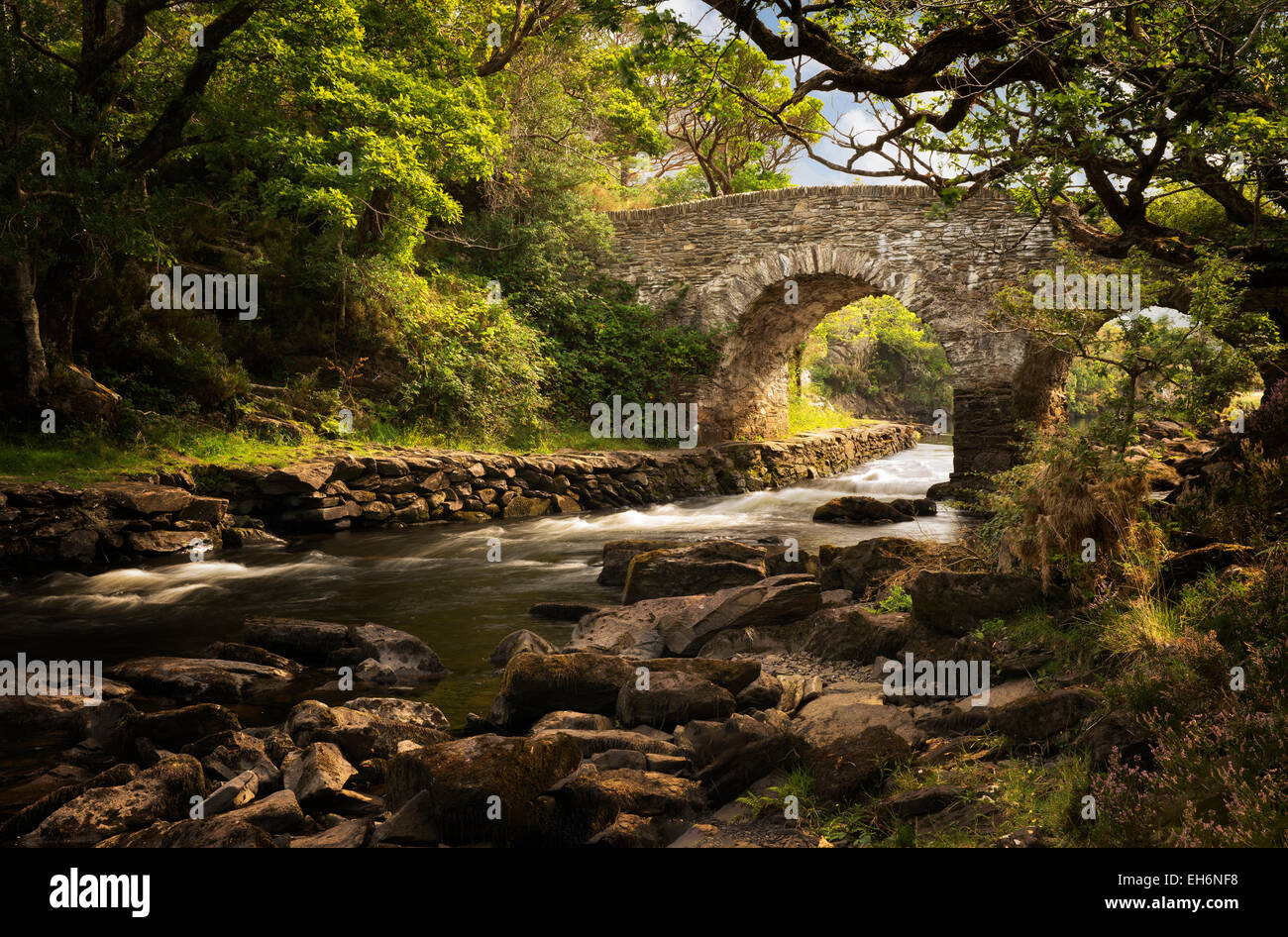 Old weir bridge. Kilanrney, lacs de Gap of Dunloe. Le Parc National de Killarney, Irlande Photo Stock