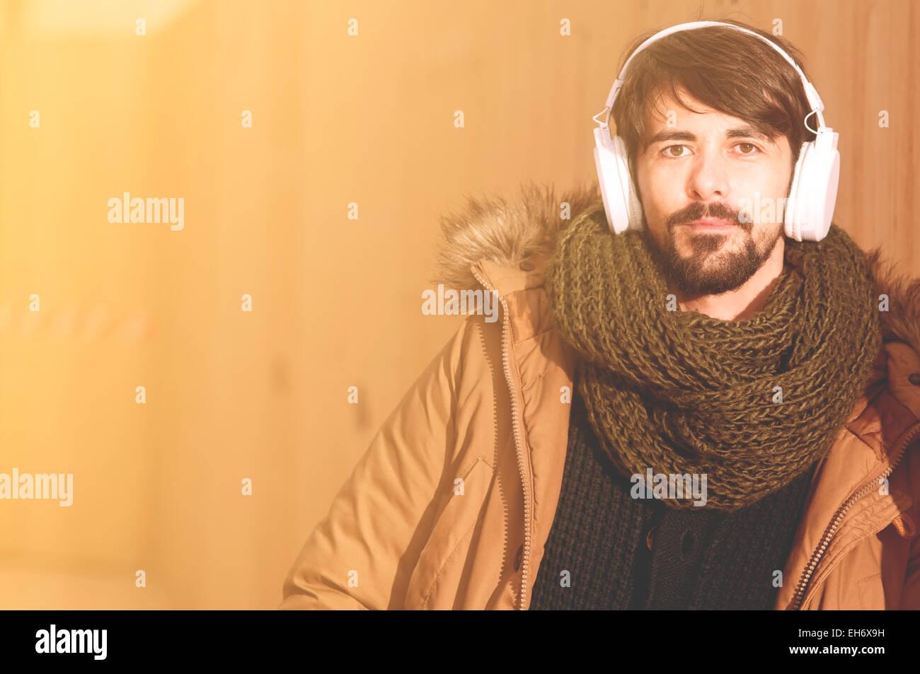 Un jeune homme écoute de la musique dans une image urbaine de la vie moderne aux tons style instagram Photo Stock