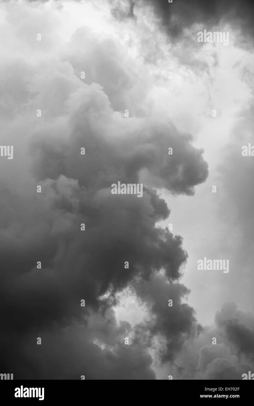 Orageux nuages de fond sombre Photo Stock