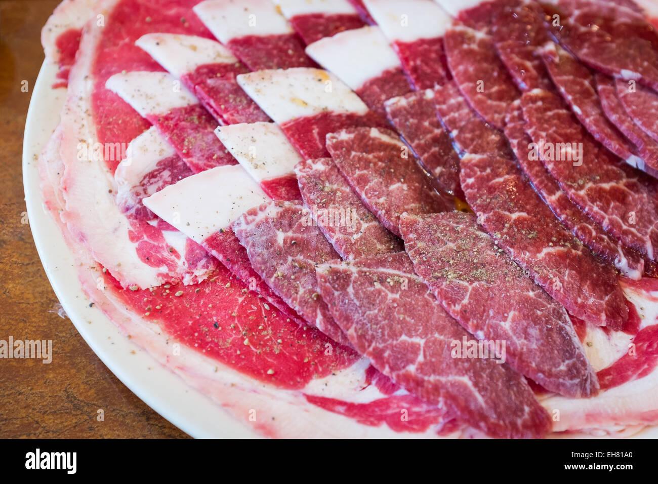 Boeuf sur le plat blanc sel poivre et sauce sur topping pour BBQ style alimentaire corée Photo Stock