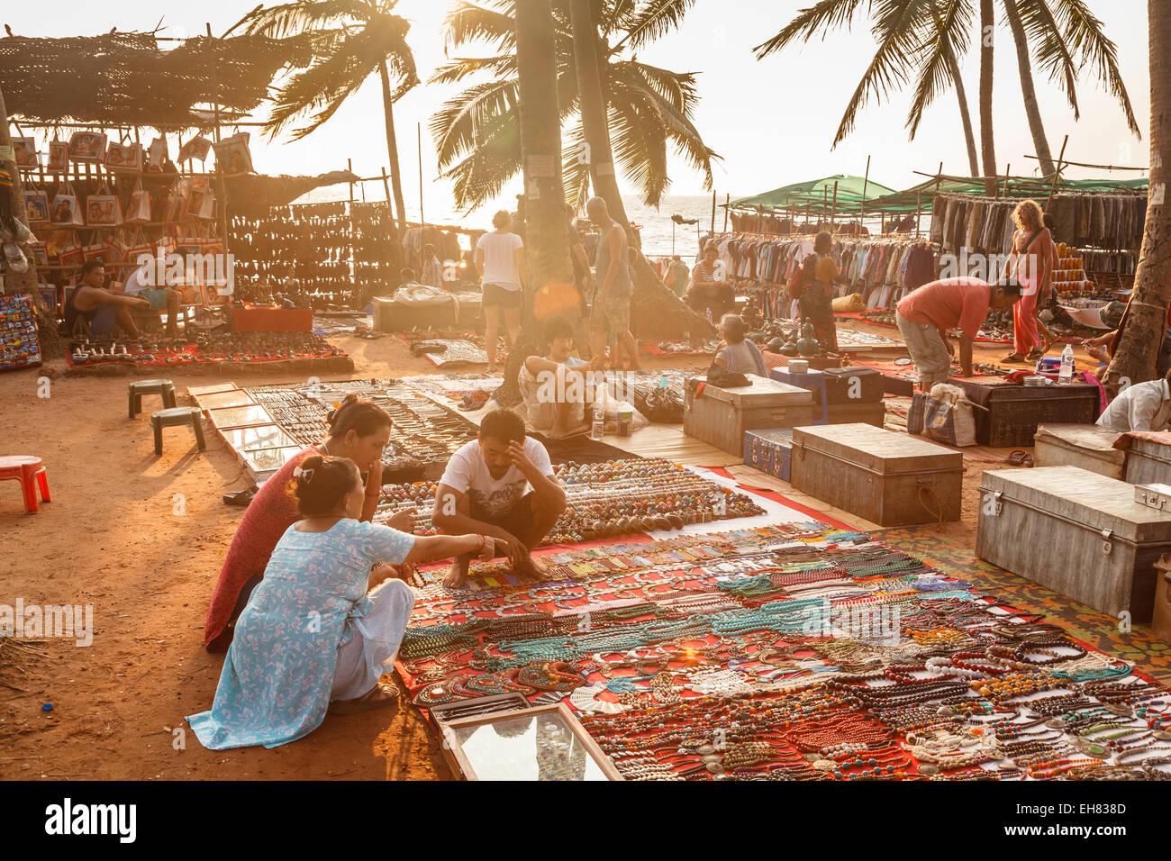 La vente de leur art tibétain au marché aux puces à mercredi, Inde, Asie Photo Stock