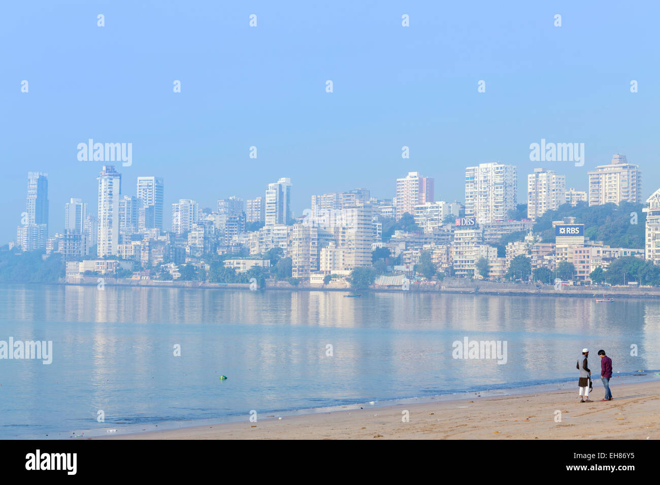 Un musulman et un Hindou man talking on Chowpatty beach, Mumbai, Maharashtra, Inde, Asie Photo Stock