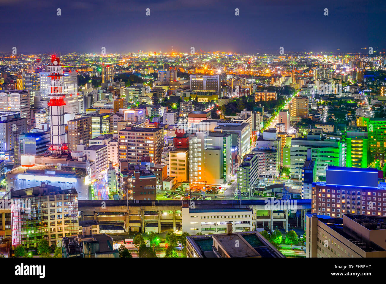 Le centre-ville de Sendai au Japon sur les toits de la ville en direction de la gare principale de nuit. Photo Stock