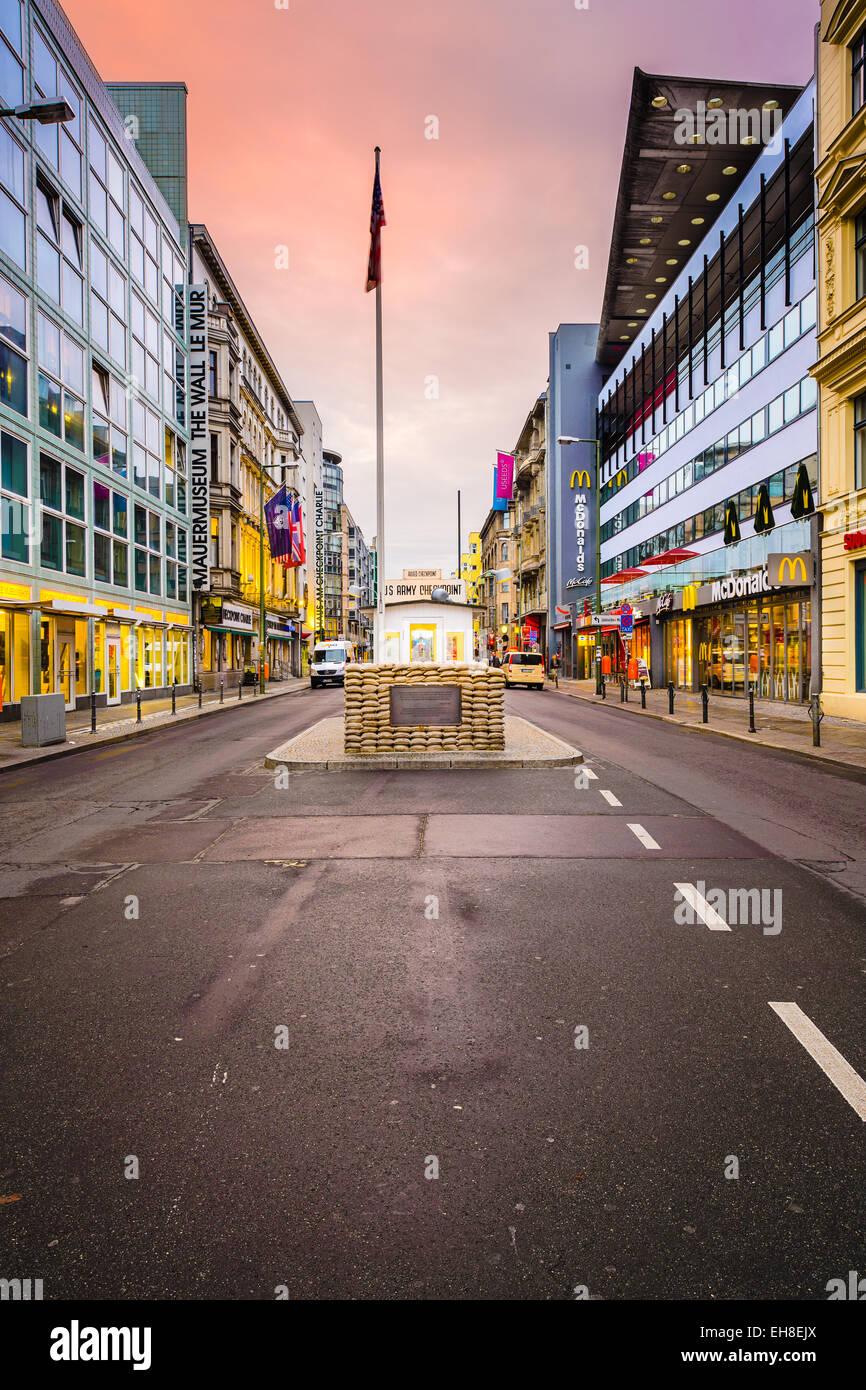 Le Checkpoint Charlie. Le point de passage entre l'Est et l'ouest de Berlin est devenu un symbole de la Photo Stock
