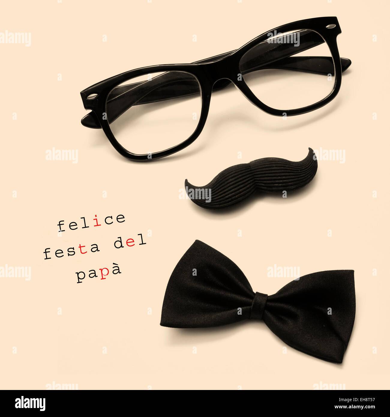 Phrase felice Festa del Papa, happy fathers day écrit en italien, et lunettes noires, moustache et chapeau formant Banque D'Images