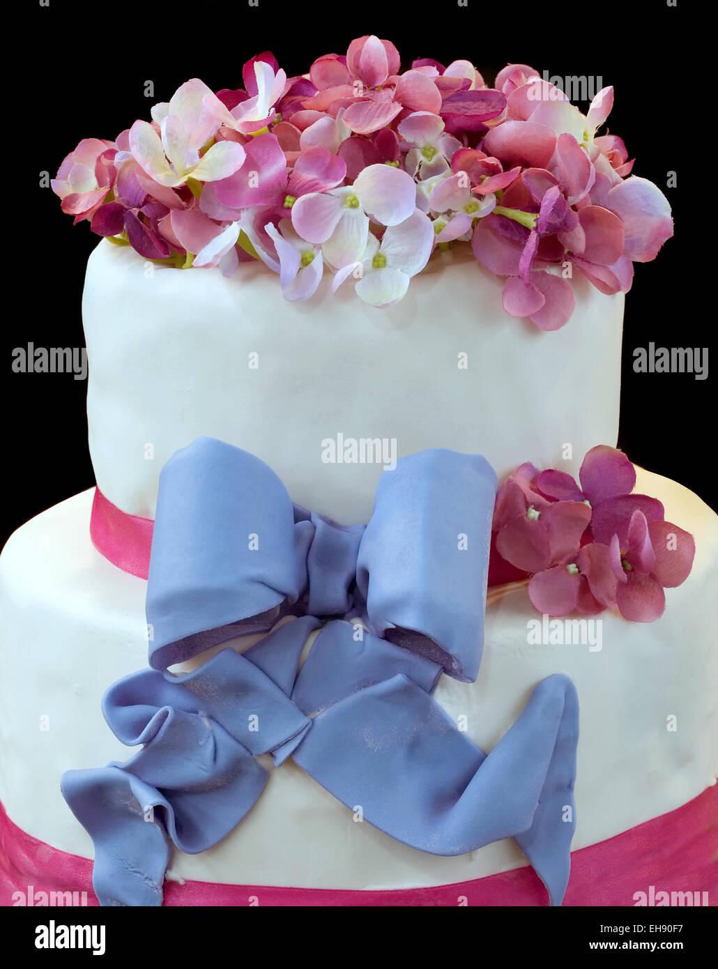 Gâteau de mariage isolé sur fond sombre Photo Stock