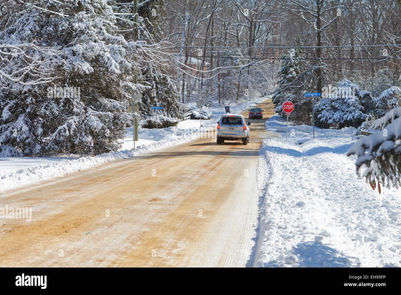 Rue résidentielle couvertes de neige - Virginia USA Banque D'Images