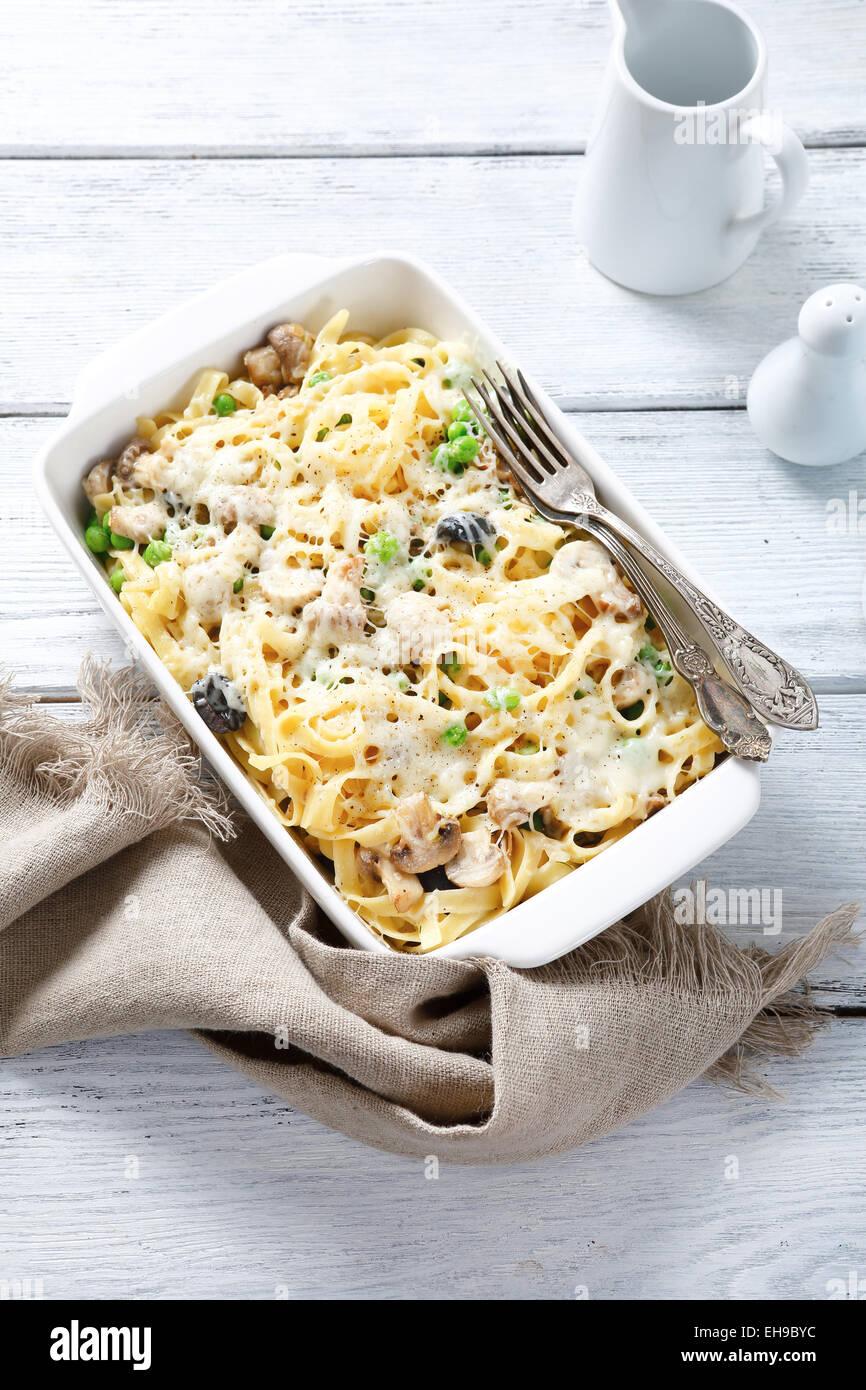 Délicieux plats de pâtes avec du fromage mozzarella, la cuisine italienne Photo Stock