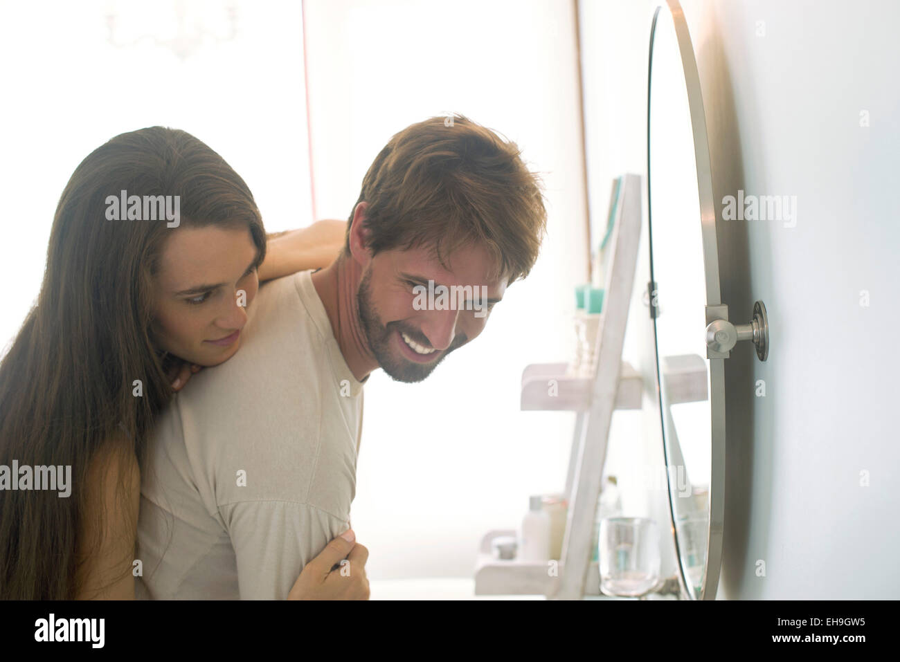 Woman embracing husband de derrière Photo Stock