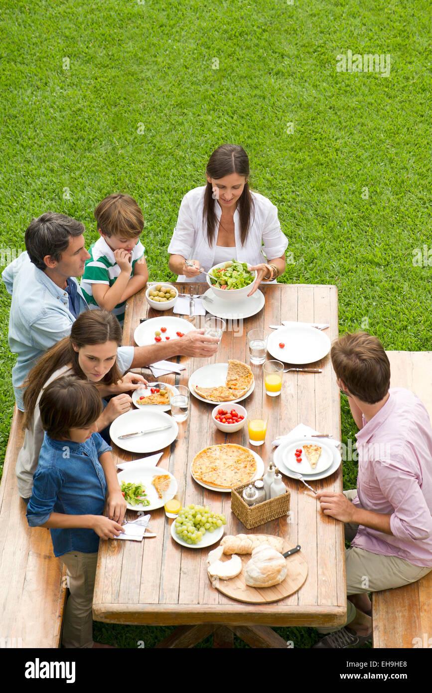 Famille et amis se rassemblent pour pique-nique le week-end Photo Stock