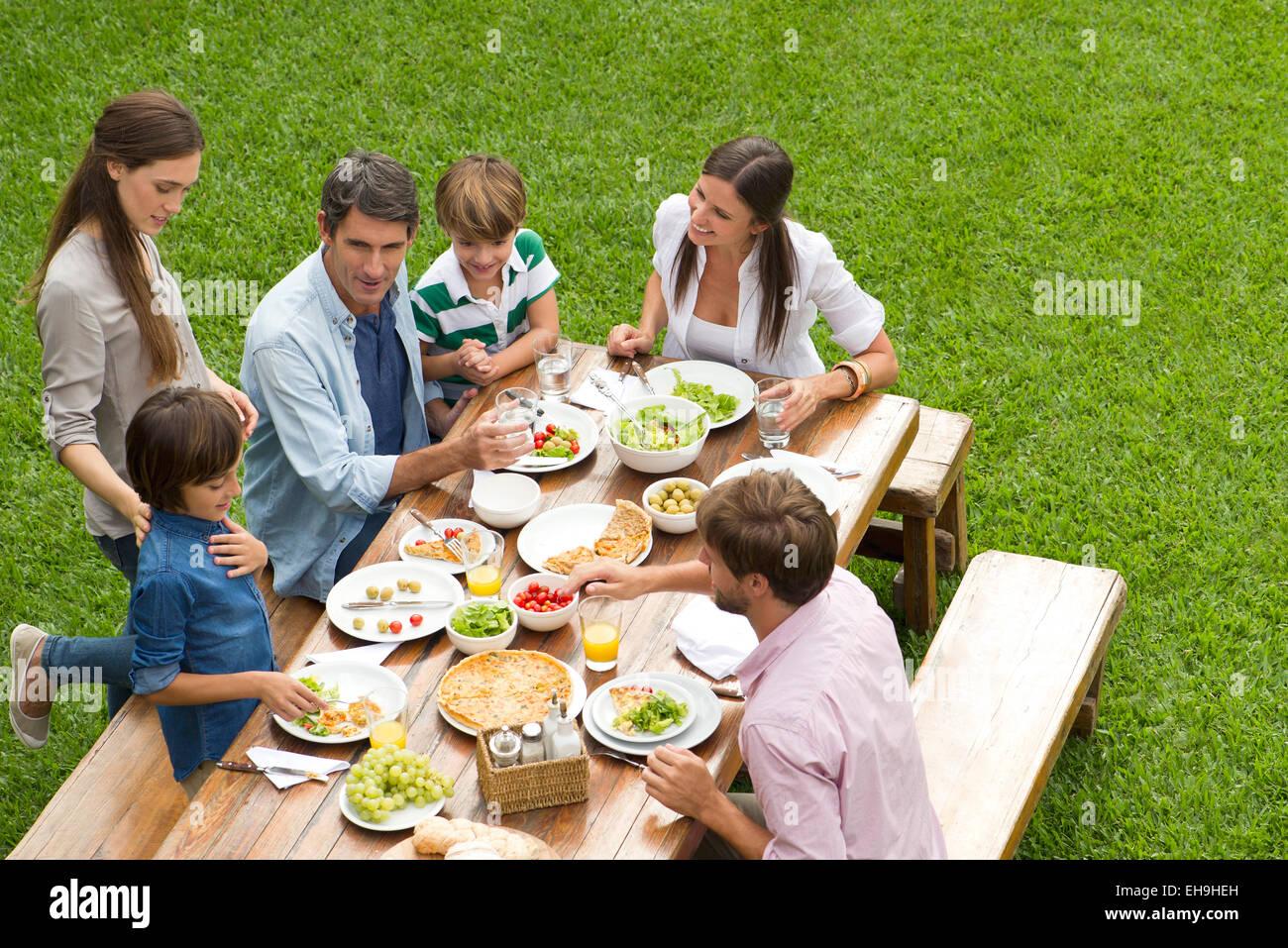 Famille et amis se rassemblent pour pique-nique Photo Stock