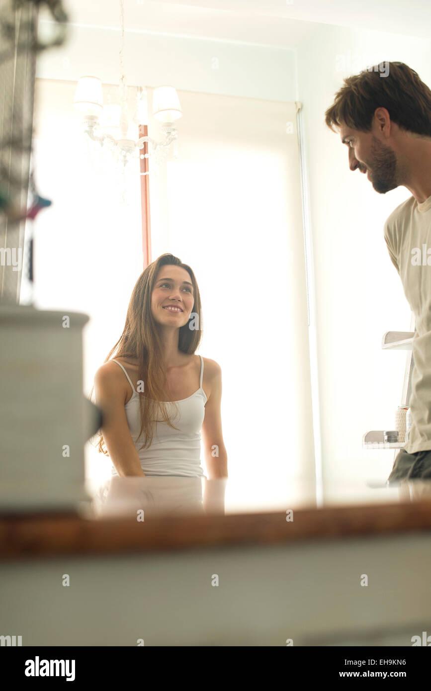 Femme de discuter avec mari dans la salle de bains Photo Stock