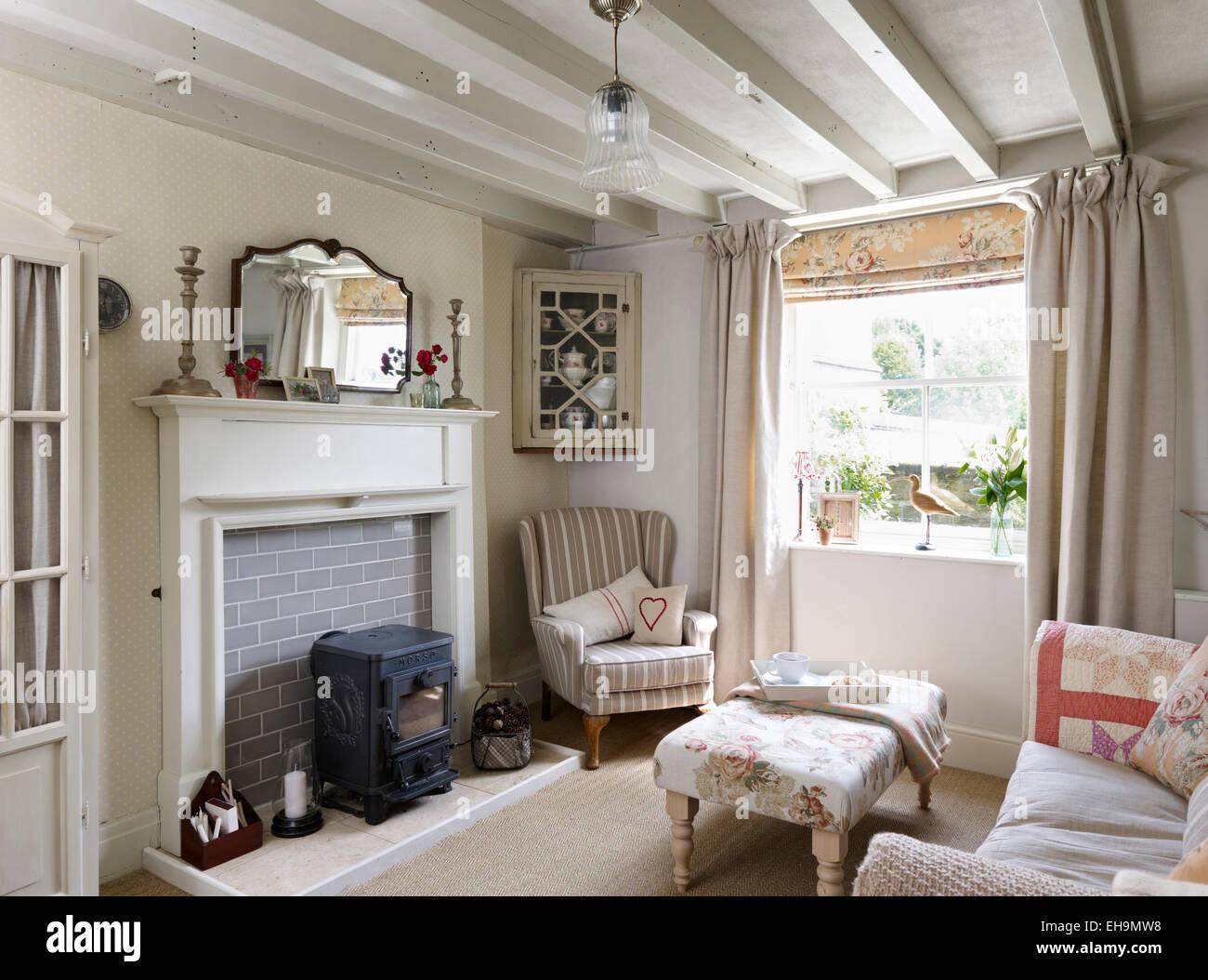 Poele A Bois Maison white salon avec plafond à poutres apparentes, d''un canapé