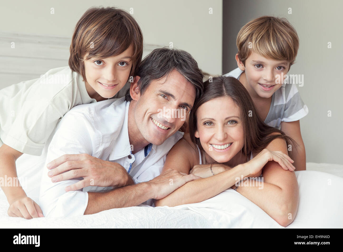Family lying on bed, portrait Photo Stock
