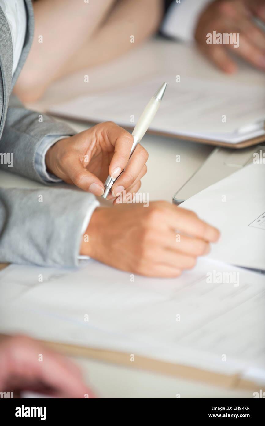 Les gens d'affaires contrat de négociation, cropped Photo Stock