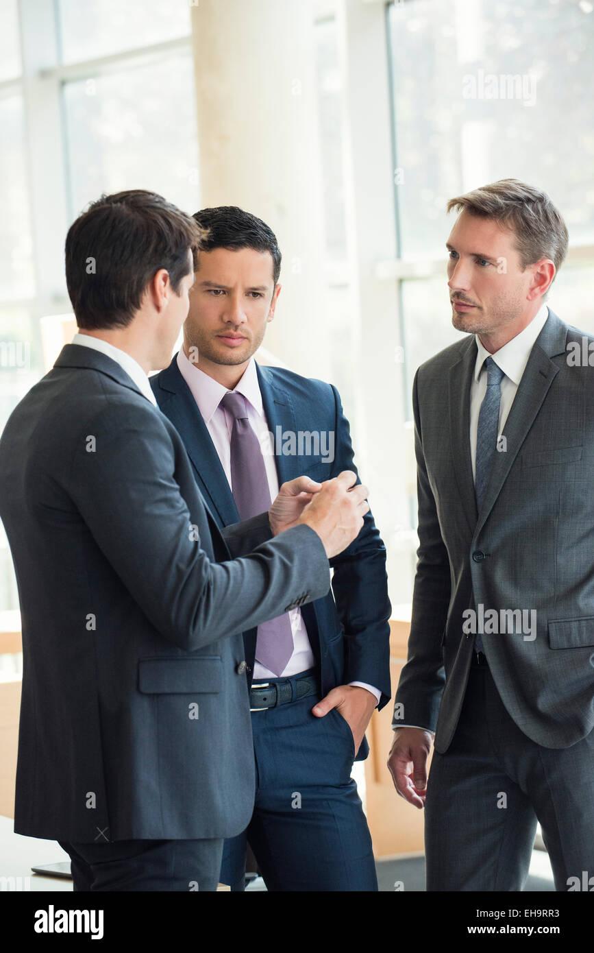 Les hommes d'affaires engagés dans une discussion sérieuse Photo Stock