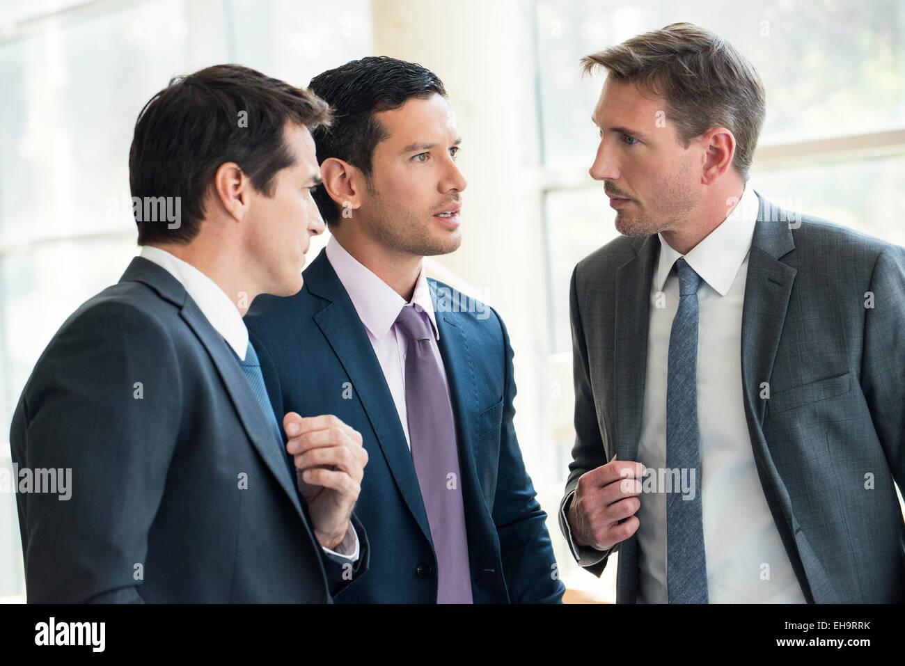 Les hommes d'avoir une discussion sérieuse Photo Stock