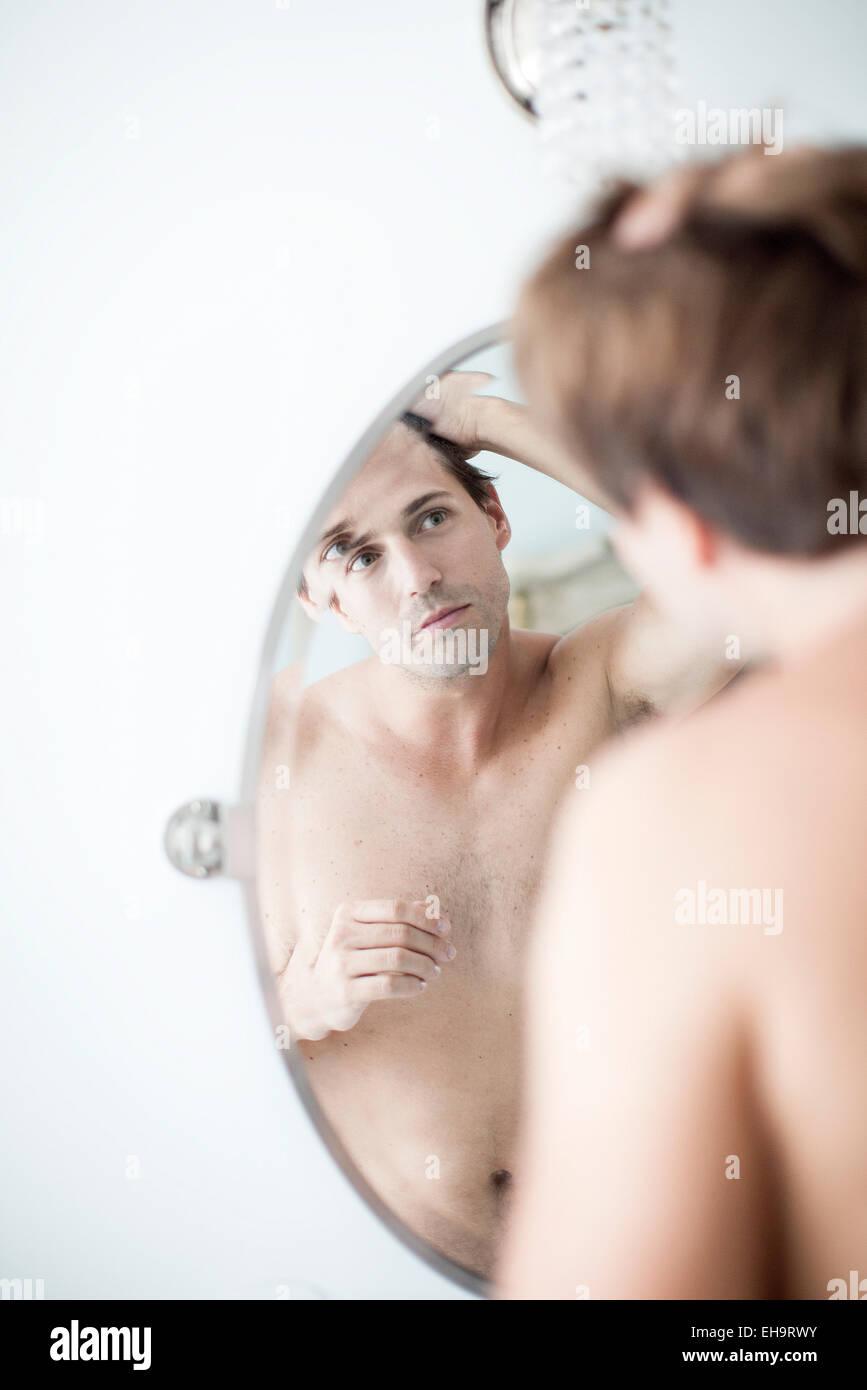 L'examen de l'homme délié dans le miroir Photo Stock
