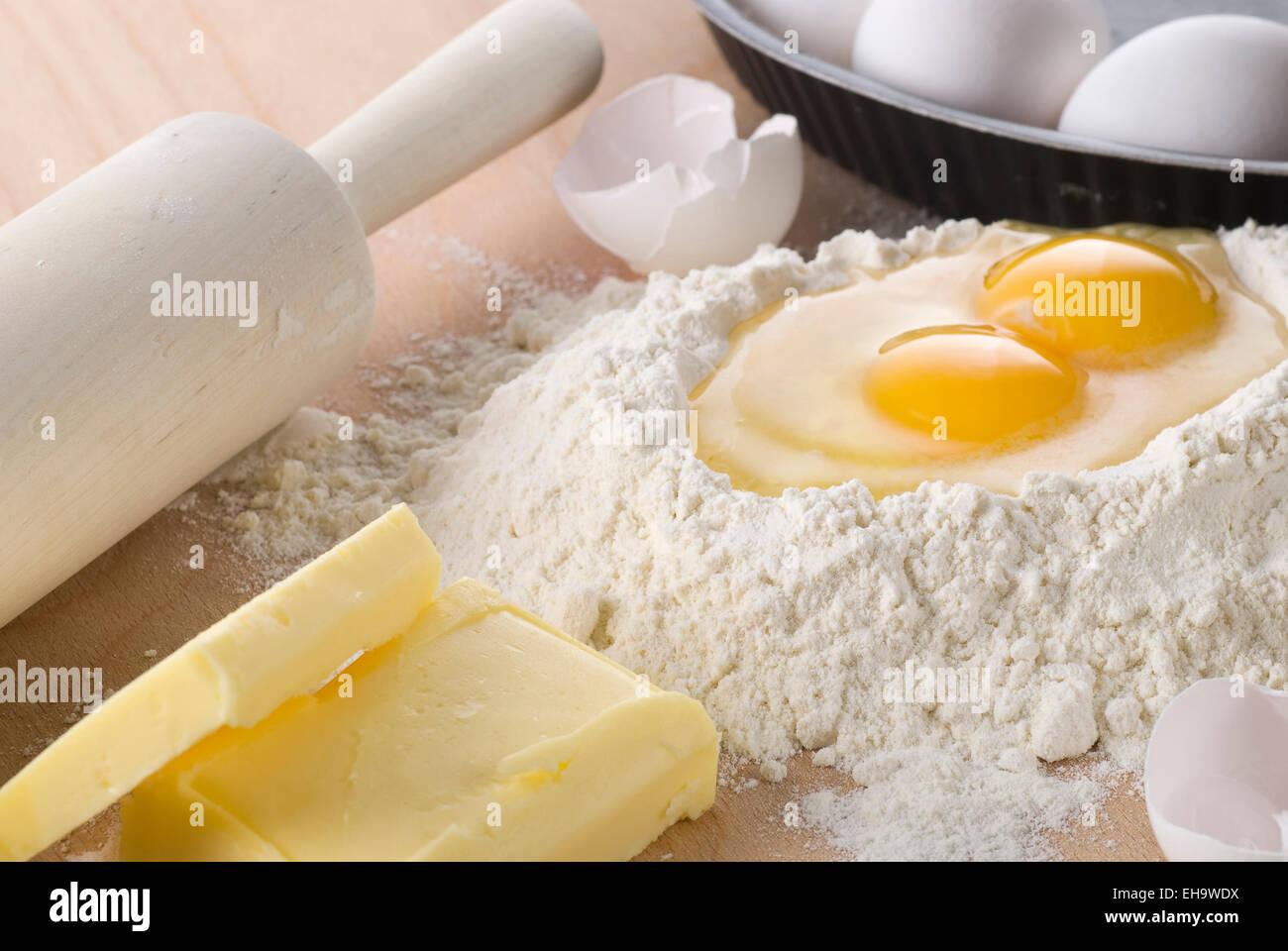 Ingrédients de cuisson. La farine, l'œuf et le beurre. Photo Stock
