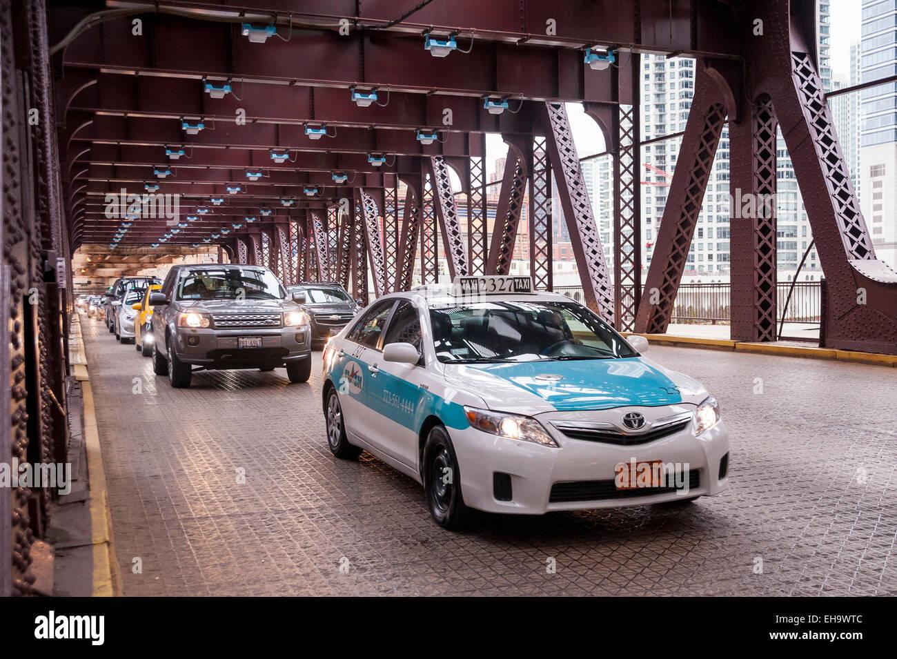Chicago, USA - un taxi chefs circulation conduite sur la rivière Chicago sur le pont de la rue du lac. Photo Stock