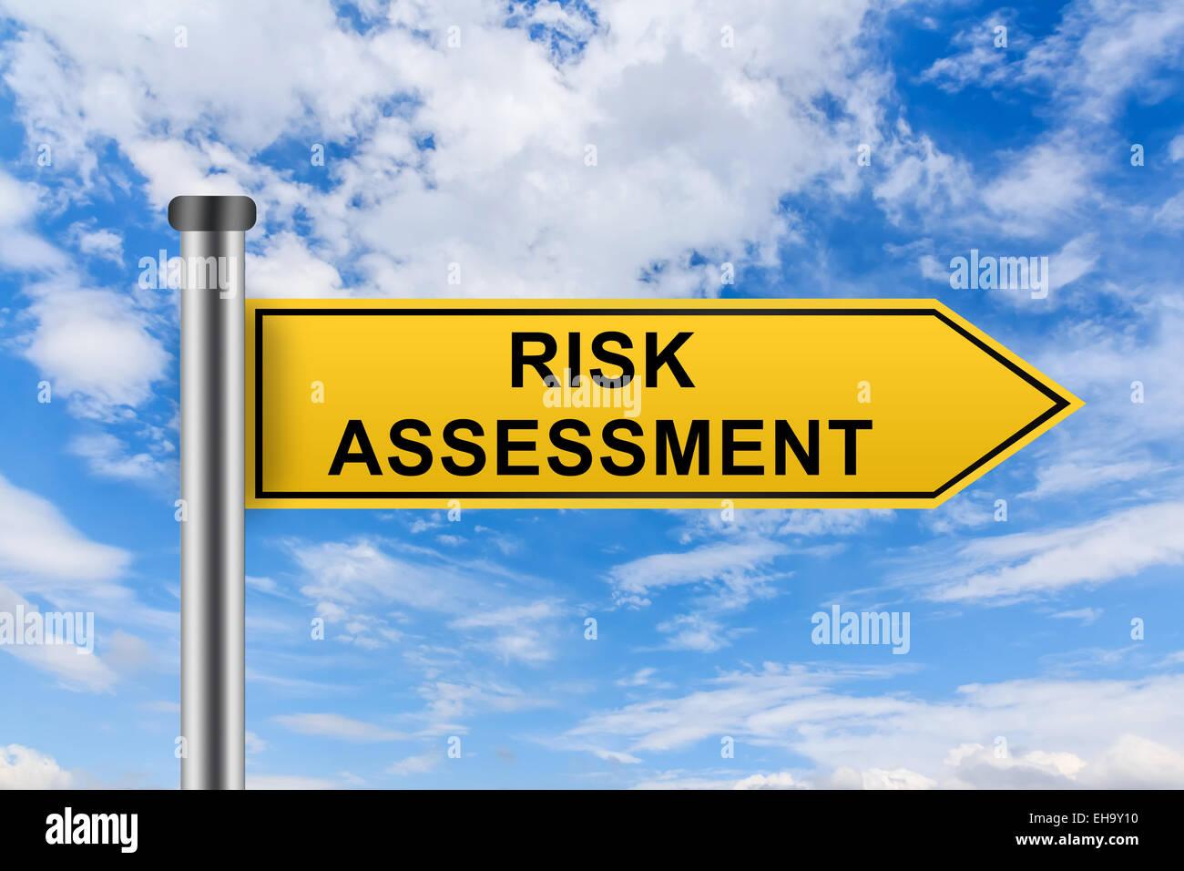 Mots clés de l'évaluation des risques sur la route jaune signe sur ciel bleu Photo Stock