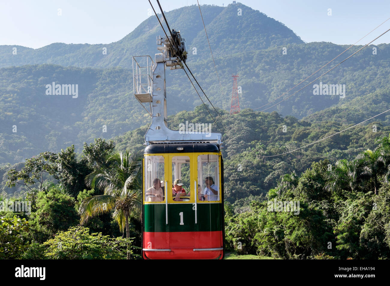 Les touristes en Teleforico télécabine téléphérique au-dessus de rainforest sur Pico Isabel Photo Stock
