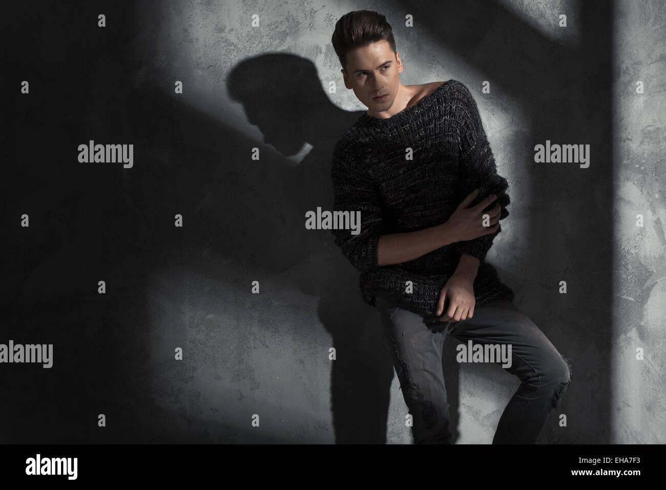 Jeune homme portant un slim pull en laine à la mode Photo Stock