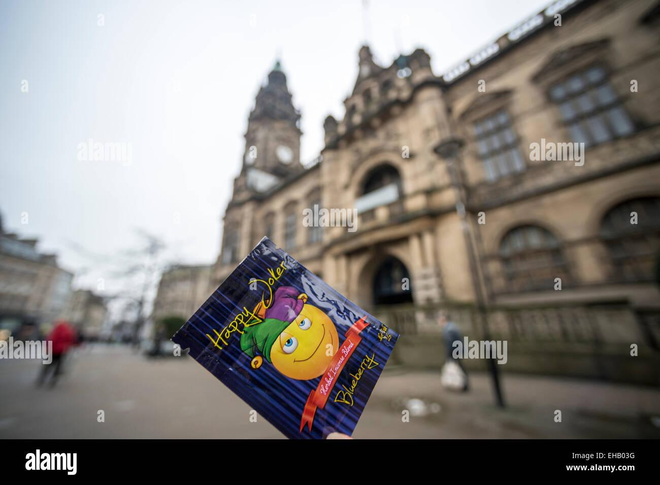 Heureux Joker, un haut lieu juridique devant l'hôtel de ville de Sheffield Banque D'Images