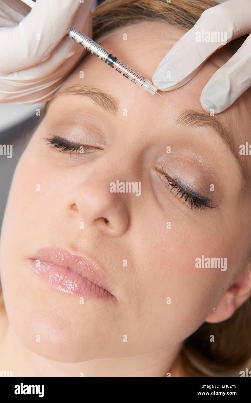 Woman Having Botox injection au niveau du front Banque D'Images