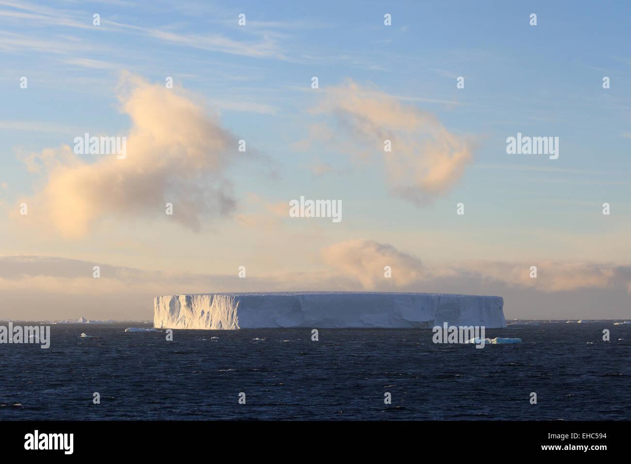Iceberg, ice berg, l'Antarctique paysage tabulaire au coucher du soleil. Photo Stock
