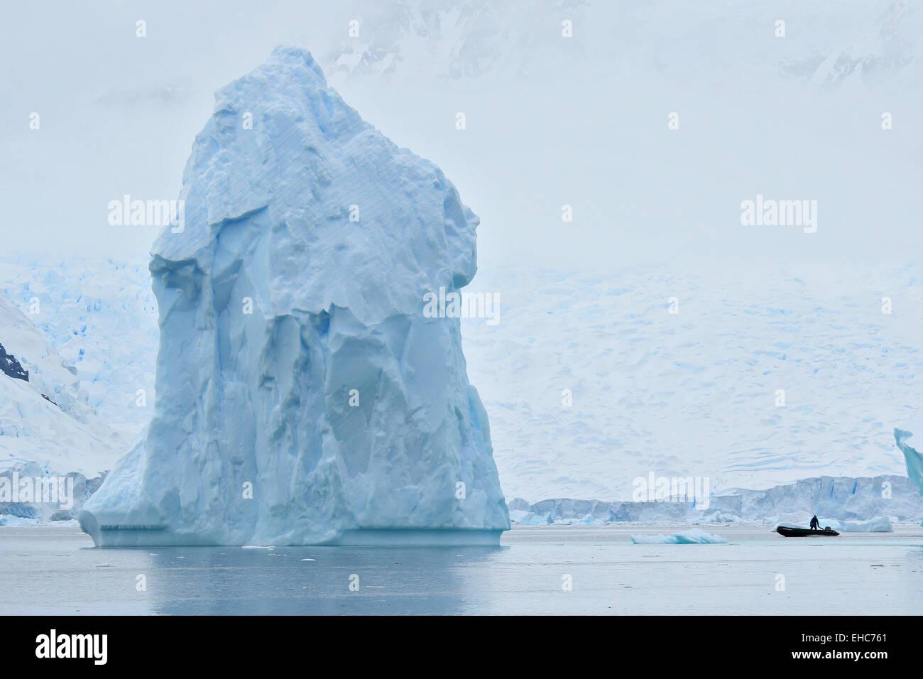 L'antarctique iceberg, ice berg, flotte dans l'Antarctique paysage de glace avec Zodiac pilote. Photo Stock